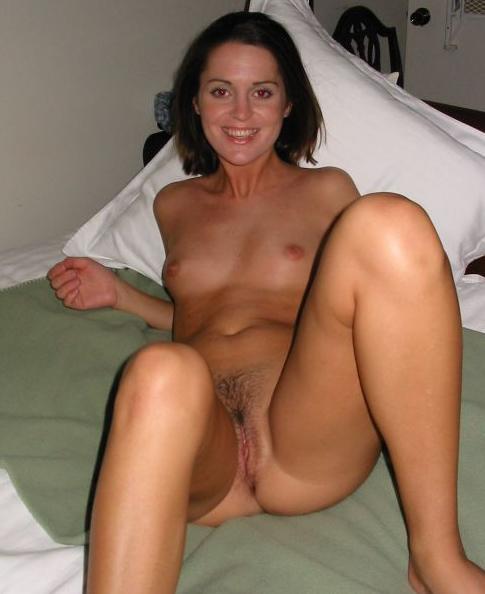 Maélie, brune charmante célibataire de 32 ans